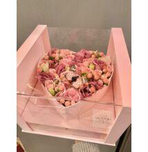 Sziv alakú rózsaszín virágdoboz vegyes virágokkal