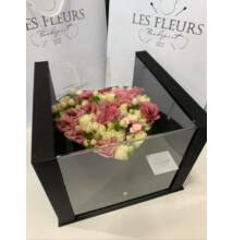 Sziv alakú fekete virágdoboz vegyes virágokkal