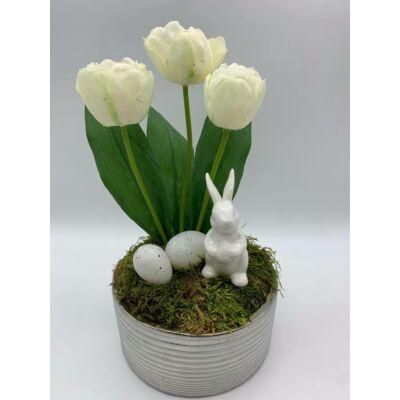 Nyuszi tulipánokkal csíkos kaspóban