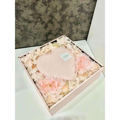 Szíves rózsaszín kockadoboz selyemvirágokkal