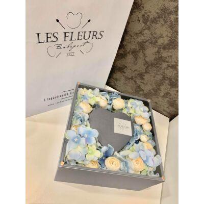 Szíves szürle kocka doboz selyemvirágokkal